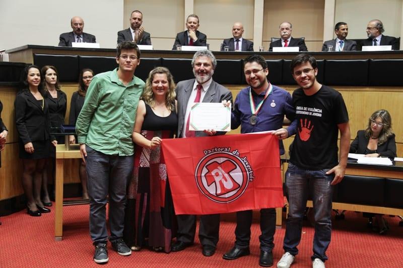 Uilian Dalpiaz recebeu, pela PJ, uma medalha e uma placa que representam o reconhecimento o parlamento (Foto: Agência AL/Divulgação)