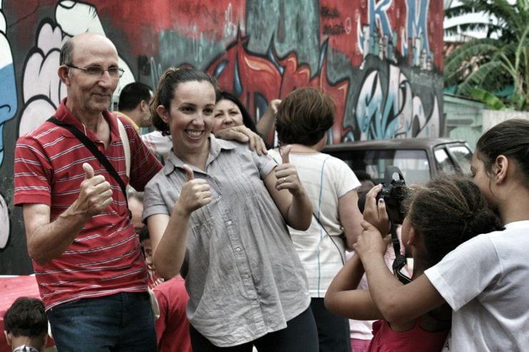Crianças se divertem com câmera fotográfica emprestada pelos agentes da Cáritas em visita a ocupação em que moram (Foto: Marcelo Luiz Zapelini/CNBB Sul 4)