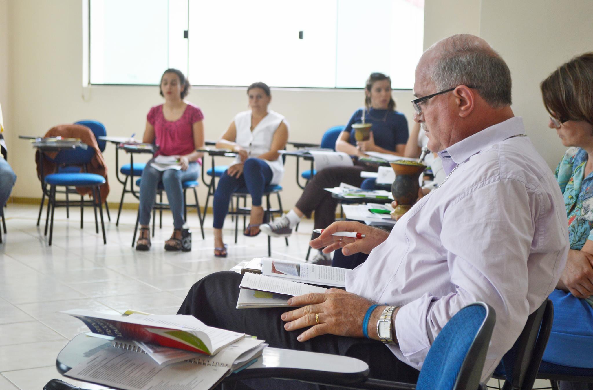 Dom Magri e funcionários da diocese também estudaram plano diocesano (Foto: Daiane Servo/Diocese de Choapecó)