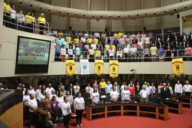 Católicos de regiões de Santa Catarina compareceram na sessão especial (Foto: Agência AL/Divulgação)