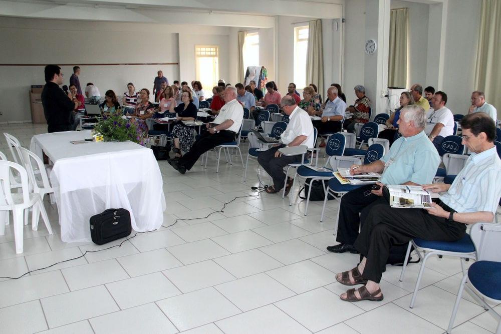 Conselho Regional de Pastoral trabalho sobre o documento preparatório do Sínodo 2015 (Foto: Padre Raul Kestring)