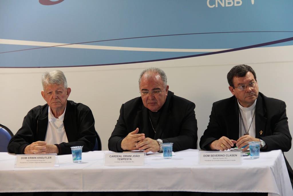 Dom Erwin Krautler (esquerda) disse que se trata exigir, não de pedir, reconhecimento dos direitos humanos (Foto: CNBB/Divulgação)