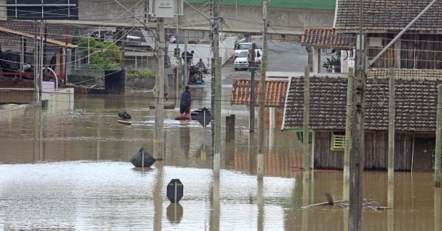Apenas em Rio do Sul, foram registradas 20 mil pessoas afetadas, 900 pessoas estão em três abrigos e cerca de 4,6 mil imóveis foram atingidos (Foto: James Tavares / Defesa Civil)
