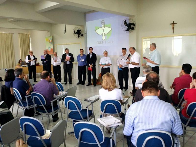Bispos (de pé), leigos, religiosos foram o Conselho Regional de Pastoral do Regional Sul 4 da CNBB (Foto: Marcelo Luiz Zapeini/CNBB Sul 4)