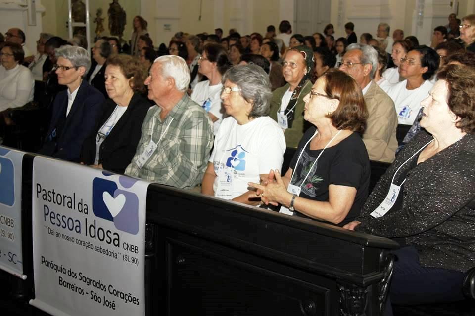 Idosos da Região de Florianópolis e agentes da Pastoral participam de missa na Catedral (Foto: Osvaldina Zucco)