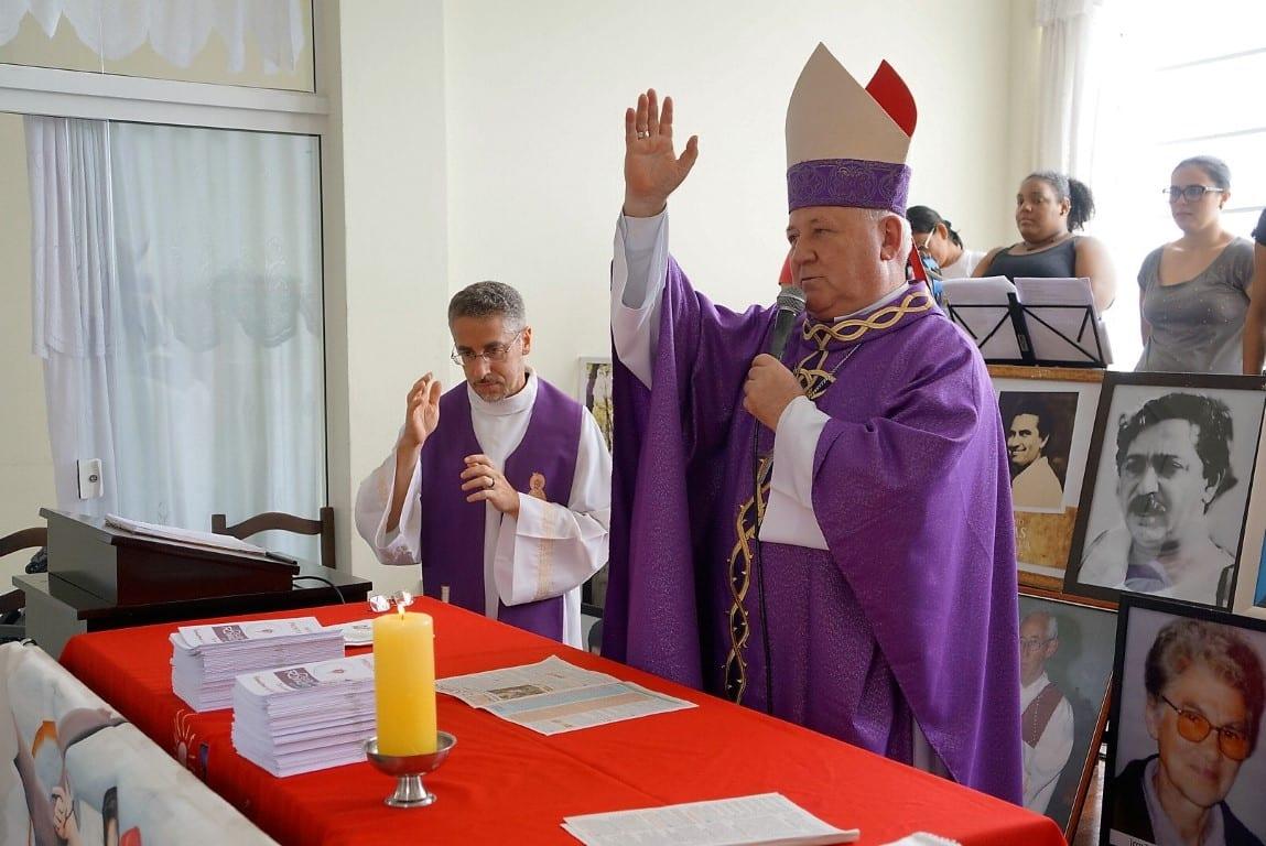 Dom Wilson Tadeu Jönck, arcebispo de Florianópolis abençoa Novena dos Mártires, em sua primeira edição, distribuída no encerramento da celebração (Foto: Marcelo Luiz Zapelini/Agência Sul 4)
