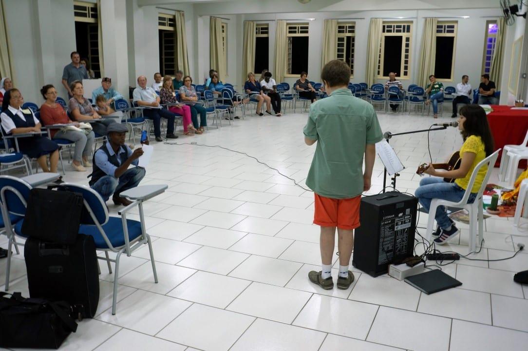 Família apresenta clássicos da música sertaneja brasileira em noite cultural no Seminário Regional das Pastorais Sociais, em Rio do Oeste. (Foto: Marcelo Luiz Zapelini/Agência Sul 4)