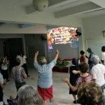"""Em coro, participantes do Seminário das Pastorais Sociais cantam """"We are the World"""". (Foto: Marcelo Luiz Zapelini/Agência Sul 4)"""