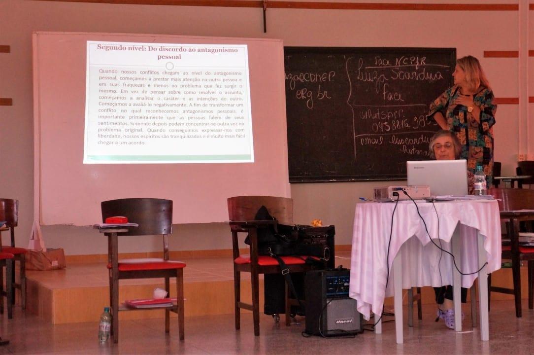 Luiza Scardua apresenta etapas dos conflitos, que iniciam com um pequeno incômodo pessoal e chegam a criar grupos antagônicos. (Marcelo Luiz Zapelini/Agência Sul 4)