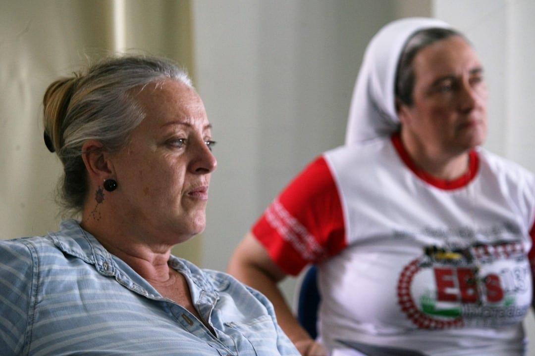 """A professora Solange Maria Garbin, a pedido da irmã Marina Ferrari (aou fundo) ensina Português para uma turma de haitianos em Curitibanos. """"Depois de um ano, eles já falam com alguma segurança"""", contou. (Foto: Marcelo Luiz Zapelini/Agência Sul 4)"""