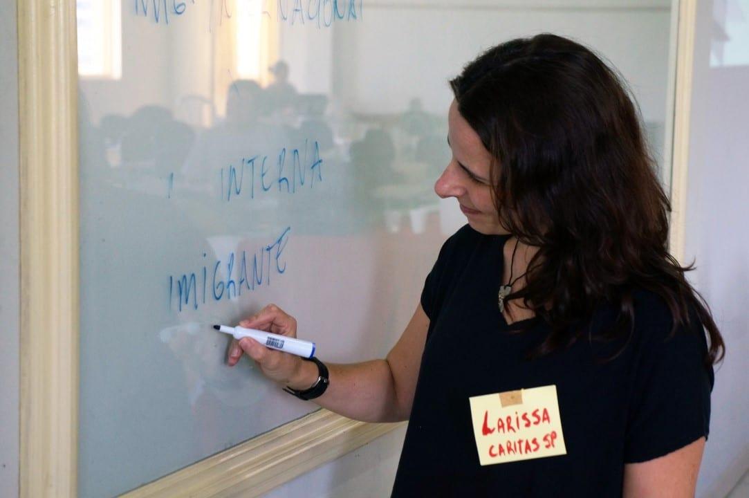 Direção, método, objetivos, metas e ações, essenciais para o planejamento para o serviço aos migrantes e refugiados, ensinou a advogada Larissa Leite, da Cáritas SP (Foto: Marcelo Luiz Zapelini/Agência Sul 4)