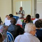 Sem perder a alegria característica, padre Joaquim da Pastoral do Migrante de Florianópolis fala aos participantes do Seminário Regional das Pastorais Sociais (Foto: Marcelo Luiz Zapelini/Agência Sul 4)