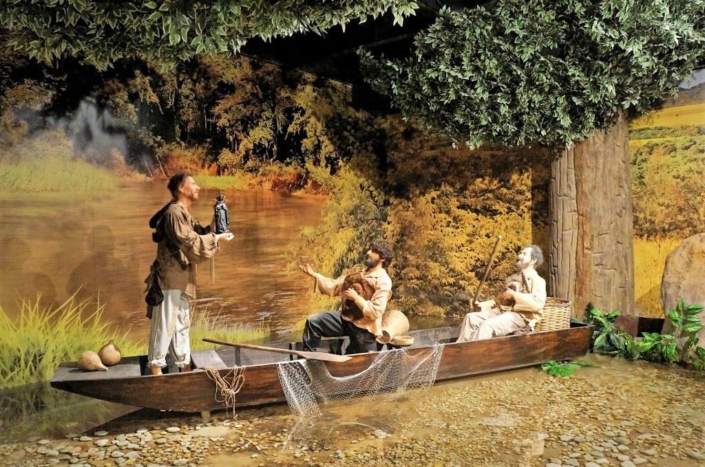 No museu de Cera do Santuário de Aparecida, cena retrata o encontro da imagem de Nossa Senhora da Conceição Aparecida por três pescadores, no Rio Paraíba do Sul, em 1717. (Marcelo Luiz Zapelini/Agência Sul 4)