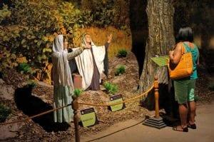 No museu de cera do Santuário, Mulher observa estátuas que representam a cura de uma menina cega, por volta do século 17. (Marcelo Luiz Zapelini/Agência Sul 4)