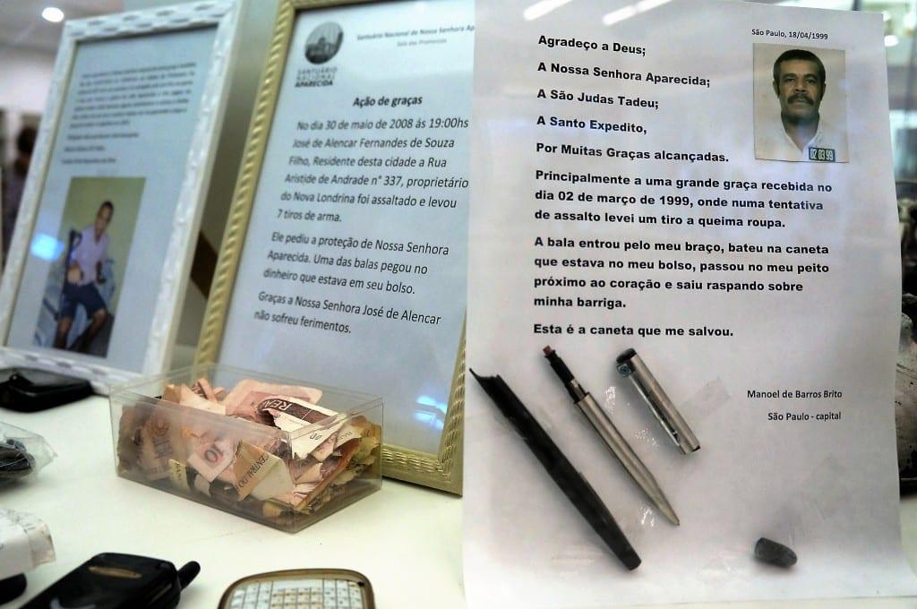 Devotos sobreviventes de crimes e de acidentes deixam mensagens e objetivos em agradecimento à Aparecida. (Marcelo Luiz Zapelini/Agência Sul 4)
