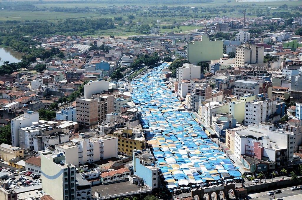 Com mais de 40 anos de existência, a feira de Aparecida, vizinha ao Santuário Nacional, tem 2.300 barracas, a maioria está na Avenida Monumental. (Marcelo Luiz Zapelini/Agência Sul 4)