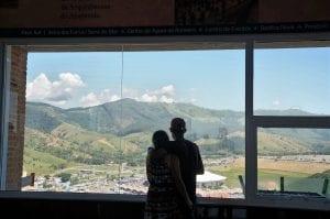 Namorados observam o Santuário de Aparecida desde o mirante da torre. (Marcelo Luiz Zapelini/Agência Sul 4)