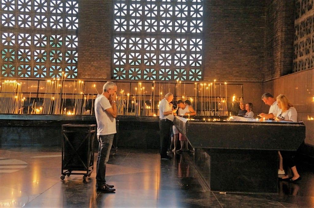 """Homem emociona-se na """"Capela das Velas"""", na Basílica de Aparecida. Em um fim de semana movimentado, a equipe de limpeza retira até 10 toneladas de parafina das velas. (Marcelo Luiz Zapelini/Agência Sul 4)"""