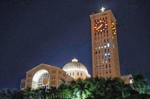 Luzes mantém Basílica de Aparecida visível à noite. O terceiro maior templo católico do mundo, foi inaugurado em 4 de julho de 1980 quando João Paulo II. (Marcelo Luiz Zapelini/Agência Sul 4)