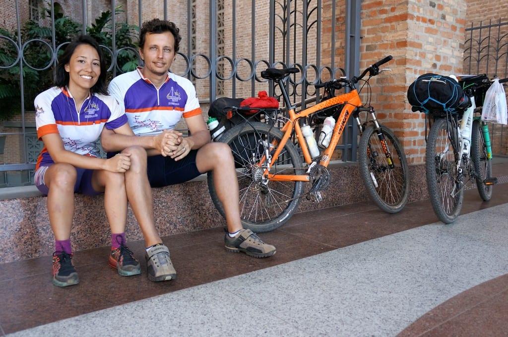 O casal Lais e Fábio Botti viajou 600 km com suas bicicletas pela Rota da Fé. Um agradecimento pelo desaparecimento de uma mancha do pulmão do sobrinho Olavo, de sete meses. Voltam de ônibus para SP, depois da missa das 10 horas. (Marcelo Luiz Zapelini/Agência Sul 4)