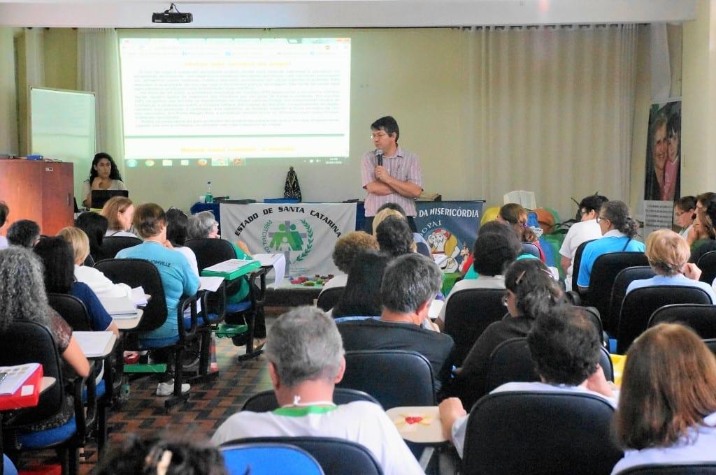 Clóvis Boufler aos representantes da Pastoral da Criança da Região Sul: mudança de hábitos acontece de uma geração para outra. (Foto: Marcelo Luiz Zapelini/Agência Sul 4)