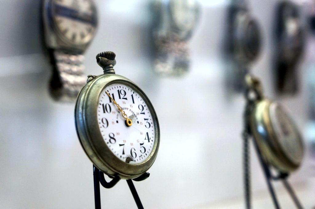"""Relógios expostos na """"Sala das Promessas"""" do Santuário de Aparecida são parte das relíquias deixadas por familiares de devotos falecidos. (Marcelo Luiz Zapelini/Agência Sul 4)"""