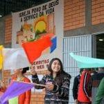 Meninas recepcionam delegados do 12º Encontro Estadual de CEBs, no início da tarde, 20. Ônibus começaram a chegar a partir das 11 horas. (Marcelo Luiz Zapelini/Agência Sul 4)
