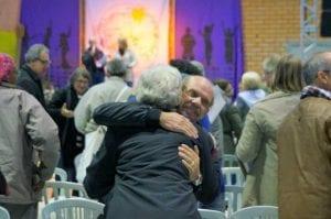 Um homem e uma mulher se abraçam na abertura do 12º Encontro Estadual de CEBs, em Chapecó, entre outros 500 delegados. (Marcelo Luiz Zapelini/Agência Sul 4)