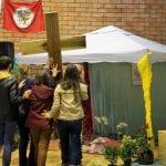 """""""Misericordiosos como o pai"""", diz a frase estampada da cruz trazida por uma família até a tenda à direita do palco. Serão ainda colocados ali uma bíblia, um círio e outros símbolos das CEBs. (Marcelo Luiz Zapelini/Agência Sul 4)"""