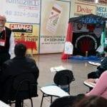 """Como em outras tendas, dom Odelir explica que a visita dos bispos e do assessor é um sinal de comunhão entre todos delegados espalhados pela cidade. """"O trabalho não se limita a este grupo, pois ele irá nos ajudar a trabalhar com essa realidade no regional"""". (Marcelo Luiz Zapelini/Agência Sul 4)"""