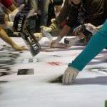 Participantes de tenda respondem pergunta que fizeram através de grafite: periferia é profética? Serviço da vida, comprometimento e vida são algumas indicações. (Marcelo Luiz Zapelini/Agência Sul 4)