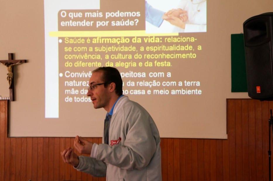Padre Giombelli, de Caçador, apresenta noções de saúde para os agentes da Pastoral da Saúde. (Marcelo Luiz Zapelini/Agência Sul 4)