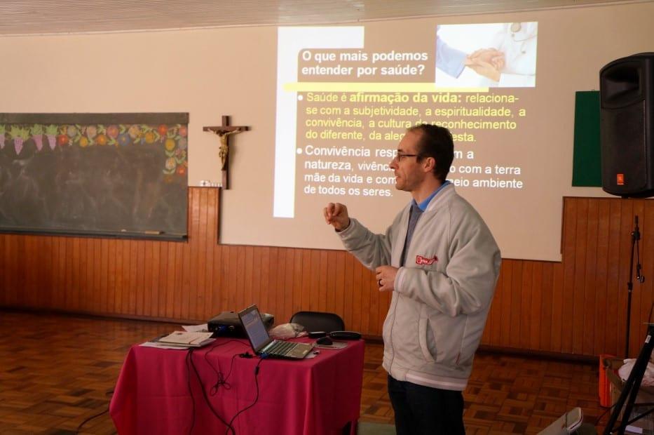 Padre Giombelli apresenta noções de saúde para os agentes da Pastoral da Saúde. (Marcelo Luiz Zapelini/Agência Sul 4)