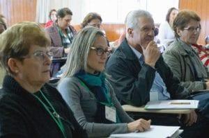 A psicóloga Fernanda Winter (centro) pede que pastoral dê atenção a problemática do suicídio. (Marcelo Luiz Zapelini/Agência Sul 4)
