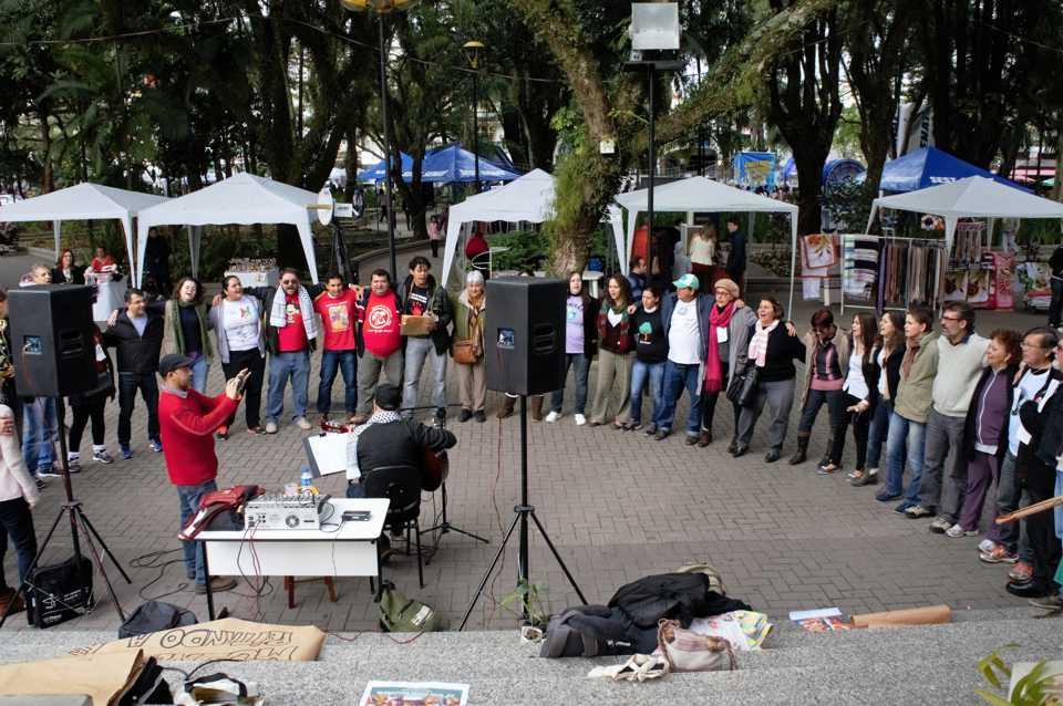 Ás 13 horas do sábado, 04, com praça já esvaziada, delegados remanescentes insistem em ficar com os últimos versos de Pedro Munhoz, em frente à Catedral de Criciúma. (Marcelo Luiz Zapelini/Agência Sul 4)