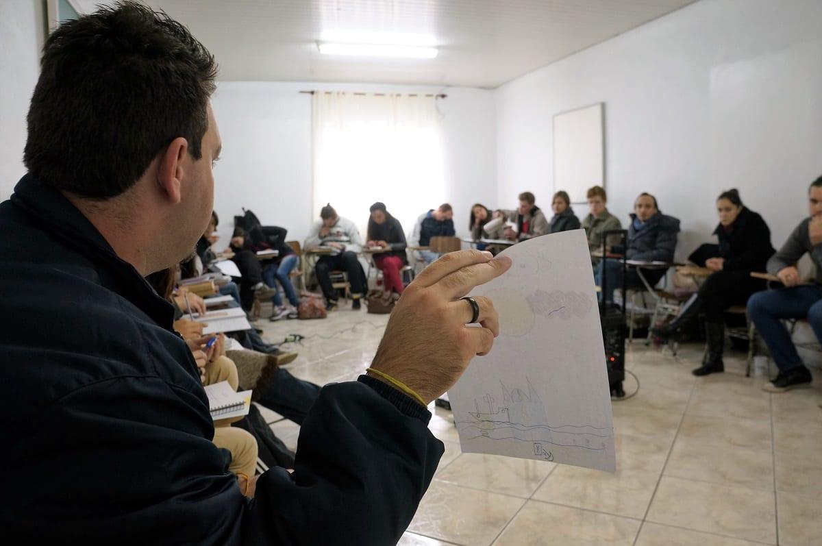 Jovem apresenta sua visão pessoal sobre Deus. (Foto: Marcelo Luiz Zapelini/Agência Sul 4)
