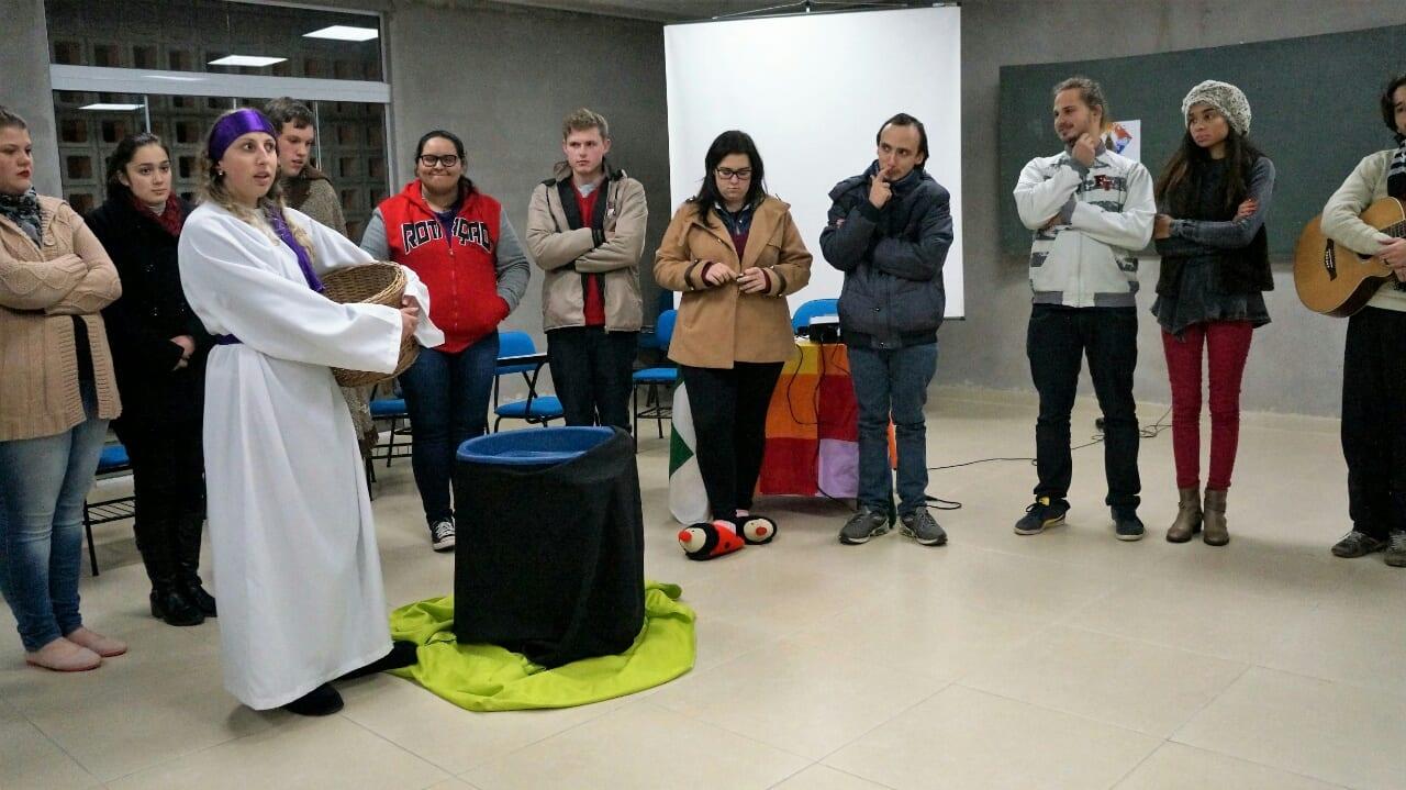 Jovem representa a Samaritana a quem jesus pediu água. (Marcelo Luiz Zapelini/Agência Sul 4)