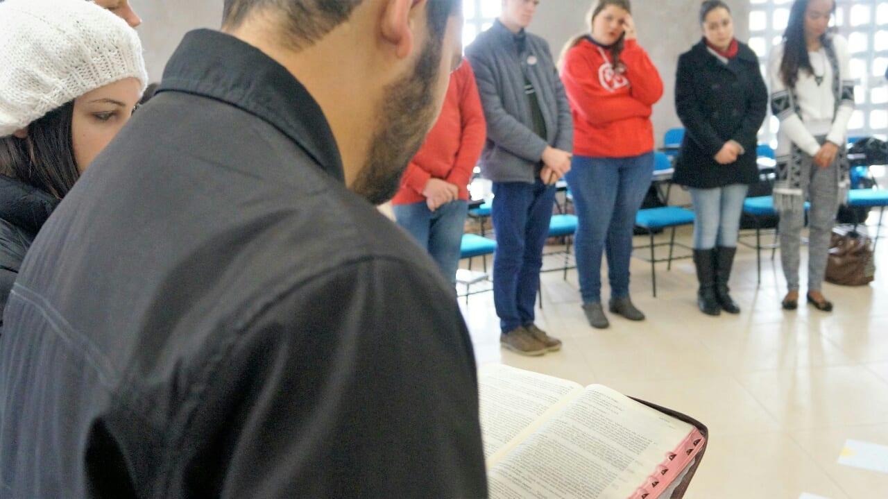 Jovem lê trecho do evangelho na escola de lideranças da PJ, em Lages. (Marcelo Luiz Zapelini/Agência Sul 4)