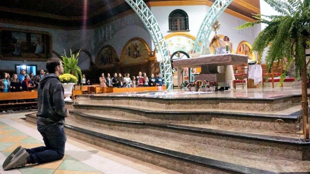 Com a adoração ao Santíssimo Sacramento, confissões e outras exigências, jovens receberam a indulgência plenária. (Foto: Marcelo Luiz Zapelini/Agência Sul 4)