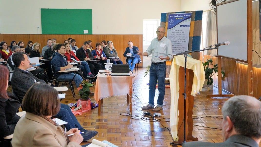 Laudelino Augusto dos Santos, assessor da CNBB para o laicato, pontuou elementos do Documento 105 na Assembleia Regional de Pastoral da CNBB Sul 4 (Marcelo Luiz Zapelini/Agência CNBB Sul 4)