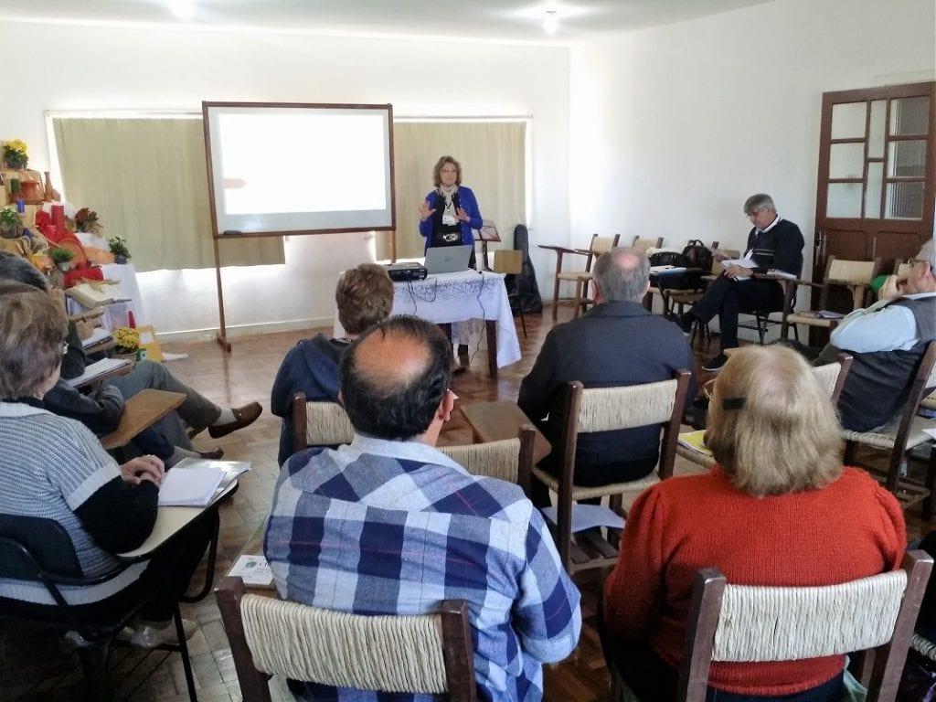 Professora Valdete Daufenbach, apresentou a evolução da violência na história (Marcelo Luiz Zapelini/Agência Sul 4)