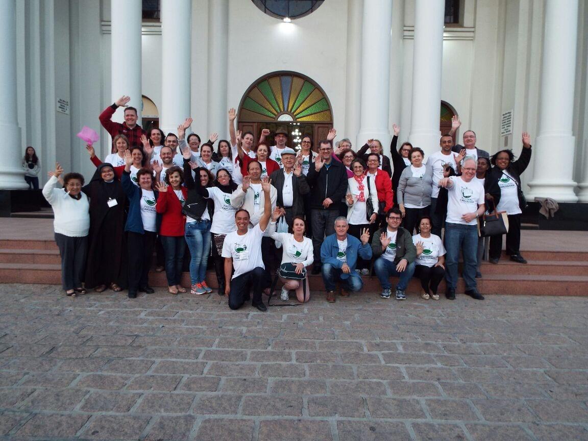 Agentes da Pastoral Carcerária posam para foto em frente a Catedral de Rio do Sul, onde participaram de missa (Foto: Divulgação)