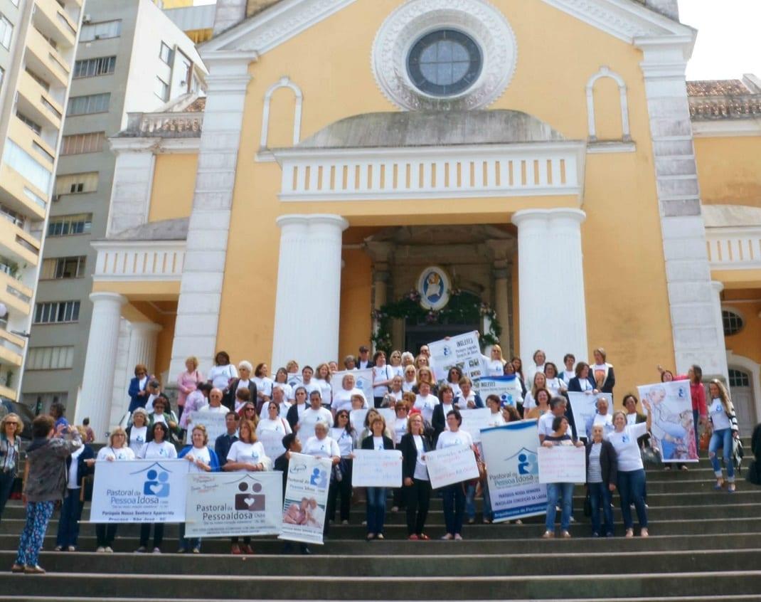 Agentes da Pastoral da Pessoa Idosa partiram da Catedral de Florianópolis em uma caminhada pelo Centro. (Foto: Marcelo Luiz Zapelini/PPI)